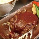 国産黒毛和牛の新鮮なお肉だからミディアムレアで。ランチタイムはおかわり自由ライスセットがサービス。