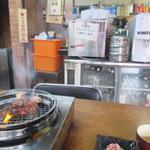 里乃家 - 炎を上げて肉を焼く