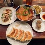 63426868 - 太肉担々麺(激辛、麺堅)、とり肉とばんばんち、餃子、焼売、おつまみ搾菜