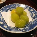 Nishiazabukikuchi - 翡翠銀杏。暖かく。2cm程のかなり大振りサイズ。スタンダードに上の塩が溶けきらずアクセントになり美味しい。ほくほくとコクを感じる。