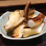 Nishiazabukikuchi - アオリイカ下足黒七味醤油焼き。 程よい醤油味が香ばしく、アオリイカの強い旨味が感じられ美味!黒七味のビターで爽やかな香りが食欲をそそる。濃口醤油、酒、水を塗って焼いて黒七味を最後に振りかけて。