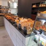 ぱんや 紺青 - お店に入って見るとイートインスペースもあって比較的余裕のある広い店内でした。  パンはハード系のパンが多い様な感じですかね?