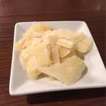 イタリアン酒場BALUCK - お通しのチーズ