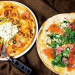 ワイアードカフェダイニングラウンジ - フラメンカeggピザ&サーモンサラダピザ