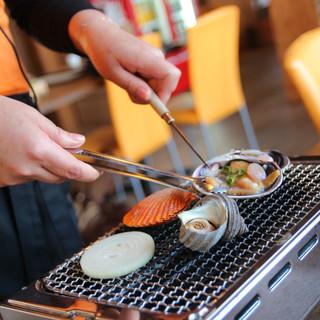 焼き師さんが各テーブルに付く楽チンおまかせスタイル