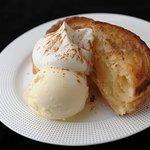 ヴァンサンヌ ドゥ - 注文をいただいてからオーブンで焼き上げます。名物焼きたてHOTアップルパイwithバニラアイス
