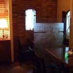 ヴァンサンヌ ドゥ - 奥のほうにはエッチングガラスで仕切られたプライベートテーブル