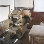 ありがた屋 - 店内製麺機