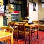 6348922 - テーブル席(左が厨房)