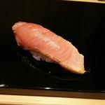 はつね寿司 - わらで炙ったブリ