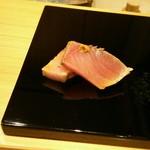 はつね寿司 - 追加わらで炙ったブリ(カラシ)