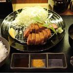 厚切り牛かつ専門店 神戸 牛かつ亭 - デミグラスソースの厚切りレア牛カツ膳