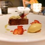63489515 - 苺のミルフィーユ、ヴェルヴェーヌのアイスクリーム