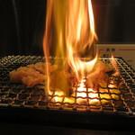 蒲田西口ホルモンセンター - いい感じで焼いてます