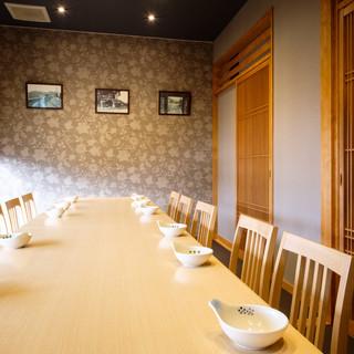 人数に合わせて柔軟に対応可能な個室は、ゆったり座れる高椅子式