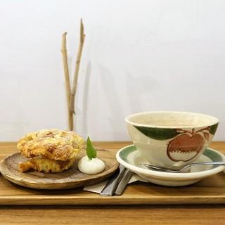 そうげんカフェ - 料理写真:洋梨キャラメルマフィン、カフェオレ