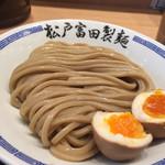松戸富田製麺 - 蕎麦のような色合いの極太麺