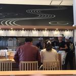 松戸富田製麺 - カウンター席越しに厨房を望む