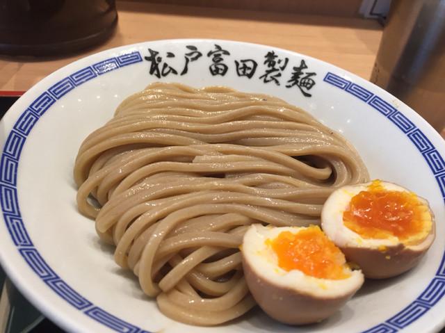 松戸富田製麺 ららぽーとTOKYO-BAY店 - 蕎麦のような色合いの極太麺