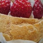 いちごの里 - イチゴのシュークリーム