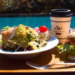 ベーカリー&テーブル 東府や - サラダ、ホットコーヒー、ベーグルサンド