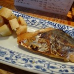 博多炉端 魚男 - さわらの西京味噌漬け・・味噌漬けのお味は薄めですが、思ったより厚みのある大きな切り身ですね。 上品な旨みを感じる品。 大根のたまり漬けが添えられていますが、これいいお味。