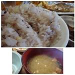 博多炉端 魚男 - ◆ご飯は「雑国米」、お代わり可能。少なくしていただくのを忘れ、残しました。m(__)m ◆お味噌汁は薄めで「巻麩」入り。