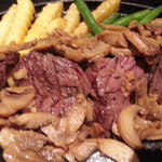 立川 すえひろ - キノコが敷き詰められていてお肉が見えないのでかき分けて撮り直したハラミアップ