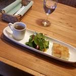 洋食と洋酒 ao-ya - ランチセットの前菜(サラダ・パン・プチスープ)