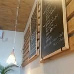 洋食と洋酒 ao-ya - 店内の壁にかかっているメニュー