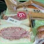 手作りハムとパンの店 こぶたのしっぽ - コンビーフサンド  ラムレーズンサンド