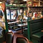 ラッキーピエロ - 店内のブランコ席の様子