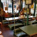 ラッキーピエロ - 店内にブランコ席のある「ラッキーピエロ ベイエリア本店」