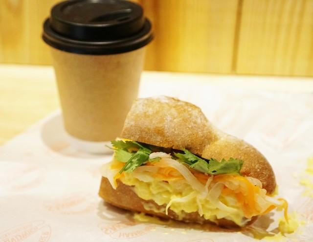 ベトナムサンドイッチ アオサンズ - モーニングはMサイズ1/2、コーヒー