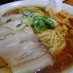 旭川ラーメン番外地 - シンプルな熱々醤油スープに、ラードの膜、旭川ラーメンってイメージ通り。