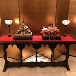 ホテル ラ・スイート神戸ハーバーランド - エントランスの雛飾り