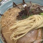 長浜ラーメン 味心 - 麺は こんなんです ゴマを ちとだけ投入