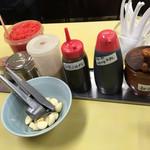 長浜ラーメン 味心 - 卓上の調味料
