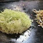 榮楽亭 - クレープ状の小麦粉の上にキャベツを載せます