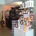 トランクコーヒーバー - 奥に巨大な焙煎機