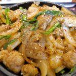 やまや - 牛丸腸の鉄板味噌焼きは、牛丸腸も野菜もたっぷり!
