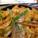 やまや - まずは牛丸腸を食べてみると、ぷりっぷり食感の牛丸腸にピリ辛な味噌風味の味付けがなされていることもあって、ご飯がススムくん的なウマさにビックリ!