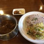 インディ桂木 - 本日のランチ 牛すじ煮込み+雑穀米