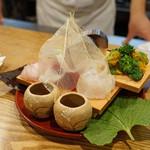 むろまち 加地 - お造り (淡路産の天然の鯛、鮪の赤身、天然の平目、鯖寿司、牡蠣味噌と蕗の薹の合わせ炊き、付け合わせは3色のパプリカと菜の花と大根の桂剥き)