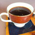 """長崎堂 - コーヒーのアップ。皿の代わりの""""座布団""""。なかなか面白い趣向だ。不安定さはない。"""