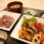 エリーズ カフェ - 彩り野菜と鶏の黒酢あんかけ・・890yen