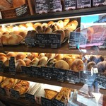しげくに屋55ベーカリー - ショーケースの中にはいろんな種類のパンがギッシリ!