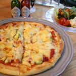 エリーズ カフェ - ピザ(フルサイズ)サラダ付き・・980yen