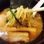 麺屋 優創 - 多層構造の特製中太麺!