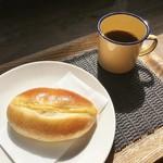 パン・ナガタ - クリームパン(コーヒーは無料)